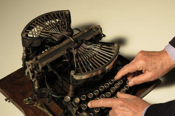Umberto Di Donato mentre scrive a macchina su una delle macchine antiche conservate al Museo della macchina da scrivere.