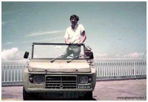 Giancarlo Siani sulla Mehari a bordo della quale sarebbe stato poi ucciso dalla camorra nel 1985.