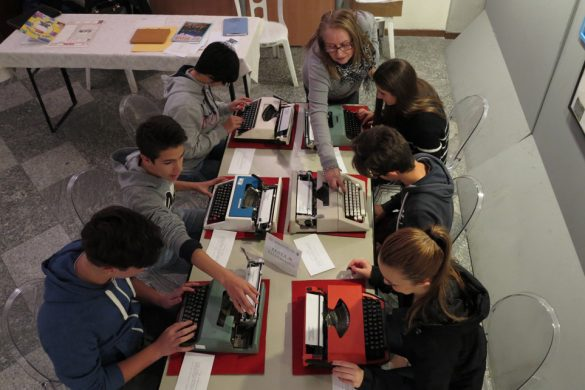 Ragazzi durante un concorso di dattilografia.