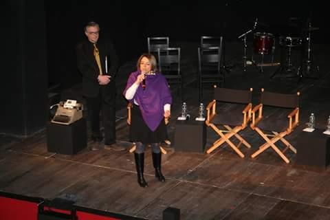 la Vice Sindaco Anna Scavuzzo che introduce davanti agli studenti intervenuti al Piccolo e un momento del dibattito, con la macchina da scrivere di Giancarlo Siani protagonista dell'evento, sul palco (Credits: Massimo Renna).