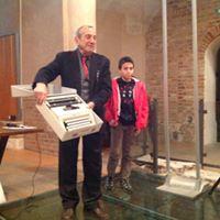 Umberto Di Donato con il vincitore del concorso di dattilografia Tommaso Bracchi, della 2^ B dell'Istituto Canossiane di Pavia.