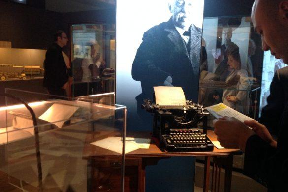 La macchina da scrivere Remington e il relativo tavolinetto in legno prodotti a Ilion-New York nel 1907 della collezione di Umberto Di Donato. Gli stessi modelli usati da Ernesto Schiapparelli durante la sua attività di egittologo.