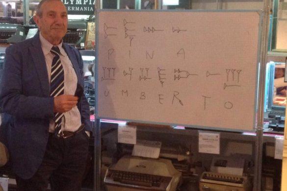 Umberto Di Donato, presidente del Museo della macchina da scrivere, durante una lezione di scrittura antica.