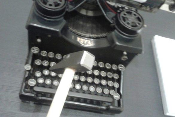 """La Royal nera prodotta negli USA nel 1914, prestata dal Museo della macchina da scrivere alla mostra """"La sfinge nera""""."""