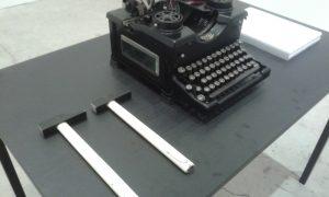 """La Royal nera prodotta negli USA nel 1914, prestata dal Museo della macchina da scrivere alla mostra """"La sfinge nera"""", con i martelli necessari all'installazione."""