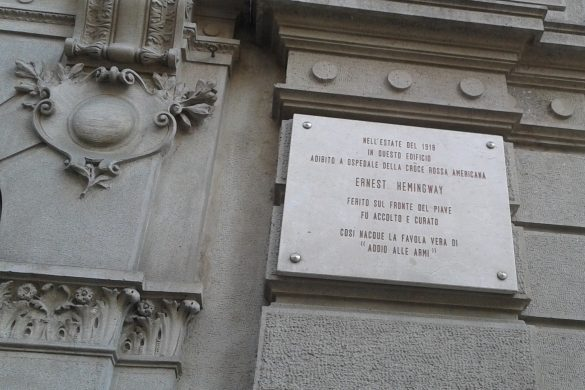 La targa dedicata a Hemingway in via Armorari a Milano
